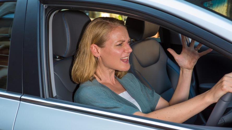 现代调查:女司机比男司机路怒几率高12%