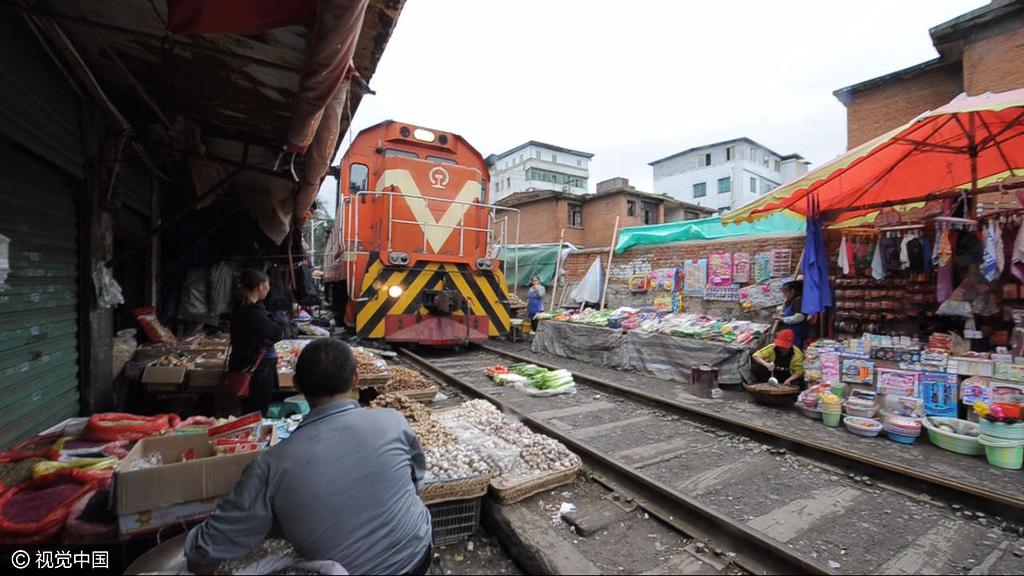 """遵义现""""铁路菜市"""":火车直接从菜摊上开过"""