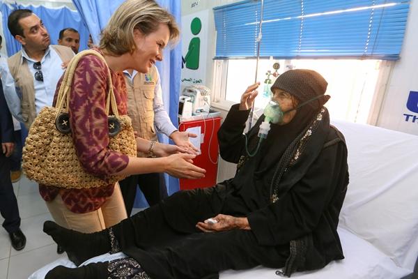 约旦:比利时王后玛蒂尔德探访难民营 穿着朴素与民众互动