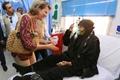 比利时王后玛蒂尔德探访难民营 与难民互动