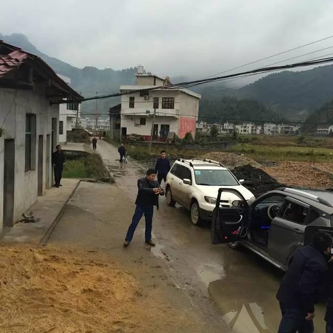 警方围捕杀人犯现场 落网时手枪已上膛