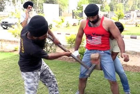 印度钢铁人秀逆天绝技 大锤重击而无损
