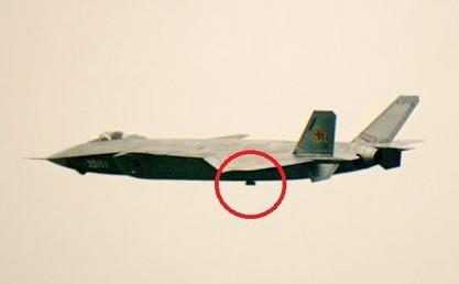 歼-20与无人机都带神器龙伯球 为了安全or省钱