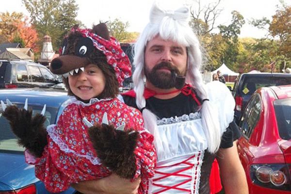 被玩坏了!国外父亲穿搞怪服装陪女儿过万圣节