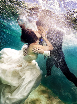 美国新婚夫妇海底拍绝美婚礼照片