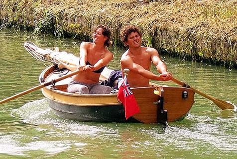 英国夫妇乘自制小船划行1448公里