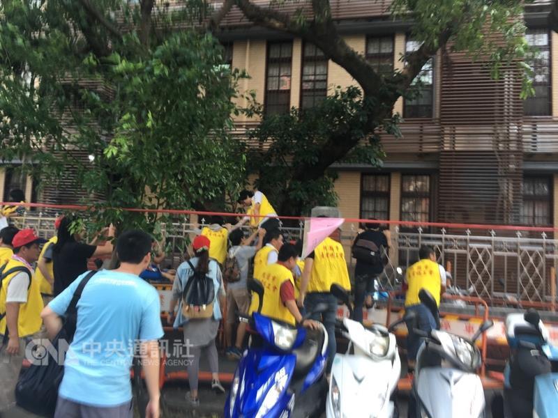 """台湾劳工团体抗议被砍7天假 大闹""""立法院"""""""