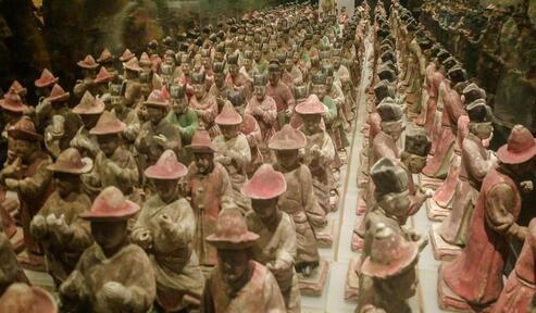 西安展出300余件陶仪仗俑群 神态迥异
