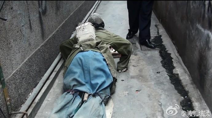 男子装残疾街头乞讨月入万元 被揭穿伪装全程
