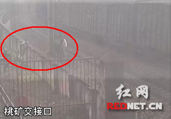 湖南5名熊孩子比谁敢最近距离跳离轨道逼停火车
