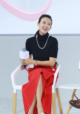 辣妈章子怡出席活动 吐舌卖萌贡献表情包