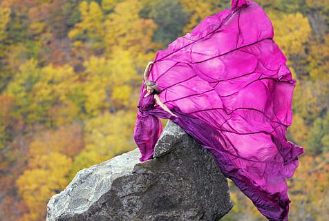 超大胆模特悬崖顶拍大片 裙摆似蝴蝶
