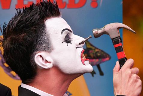 伦敦小丑现场表演鼻里钉钉