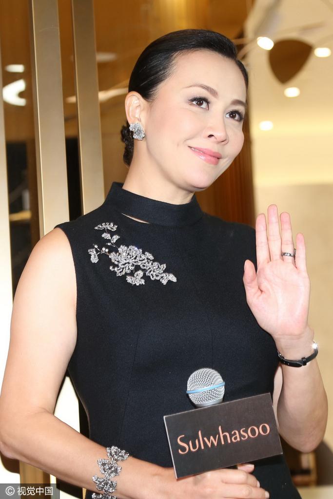 51岁刘嘉玲黑旗袍展玲珑身段 端庄自带女王气场