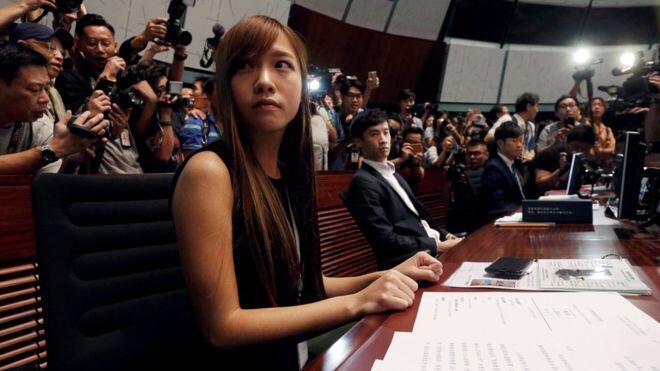 香港辱国议员今在掩护下强闯立法会 现场混乱最终休会
