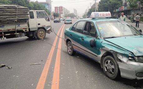该赖谁?车内此物夹住司机脚引发车祸!