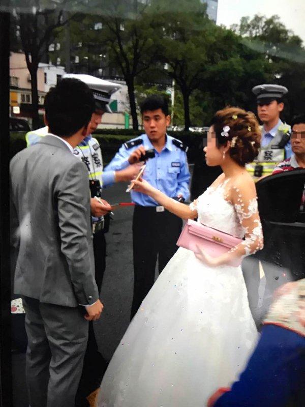 上海白色宾利婚车涉嫌套牌 新娘新娘打车离开