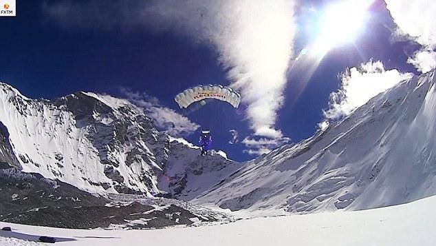 俄极限运动员海拔7700米山峰顶跳伞破世界纪录