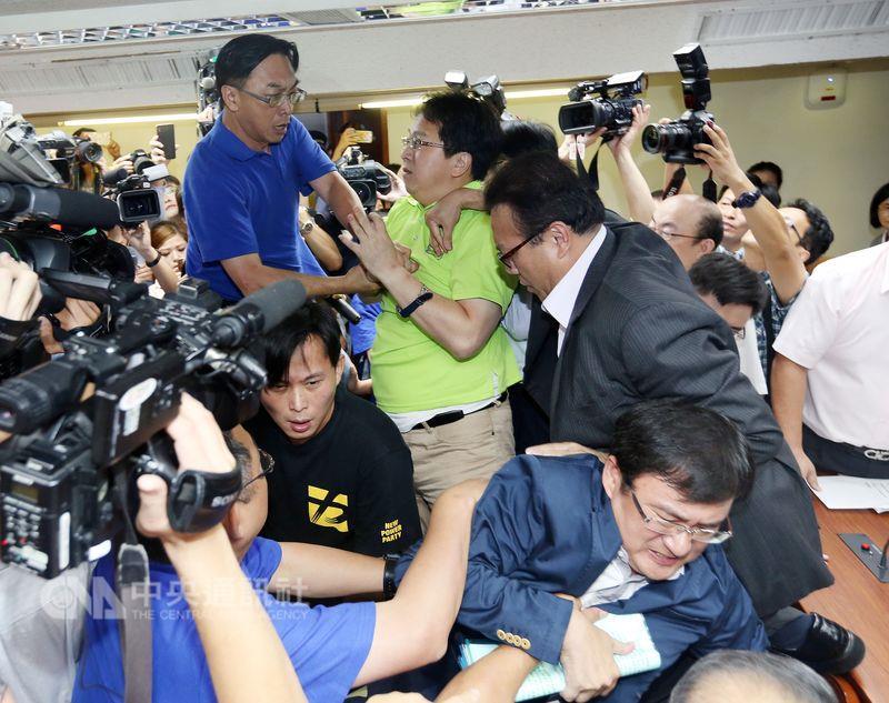 """台湾""""立法院""""爆发肢体冲突 从桌上打到地上"""