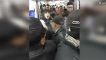 沈阳地铁女孩没让座被老人打骂 女孩还击!