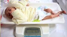 婴儿吃不饱骨瘦如柴 数百女士排队献奶