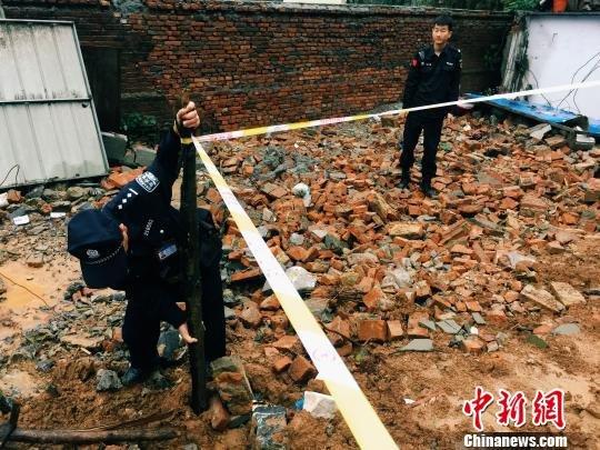 南京连日暴雨致山体滑坡 一宿舍楼百余人被困