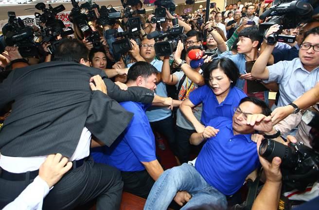 """台""""立法院""""爆发肢体冲突 国民党民代遭推下主席台"""