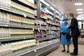 英小镇超市迎来尊贵客人 女王携家人逛超市