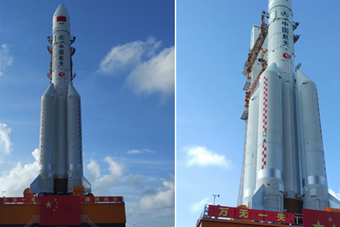 中国最大火箭长征五号上发射架