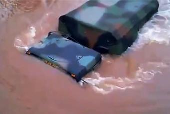 美军把军车当船开结果悲剧了