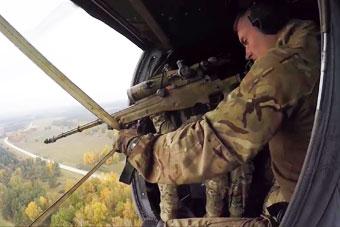 能在直升机上打狙击的都是高手