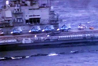 俄罗斯航母在风浪中左摇右摆