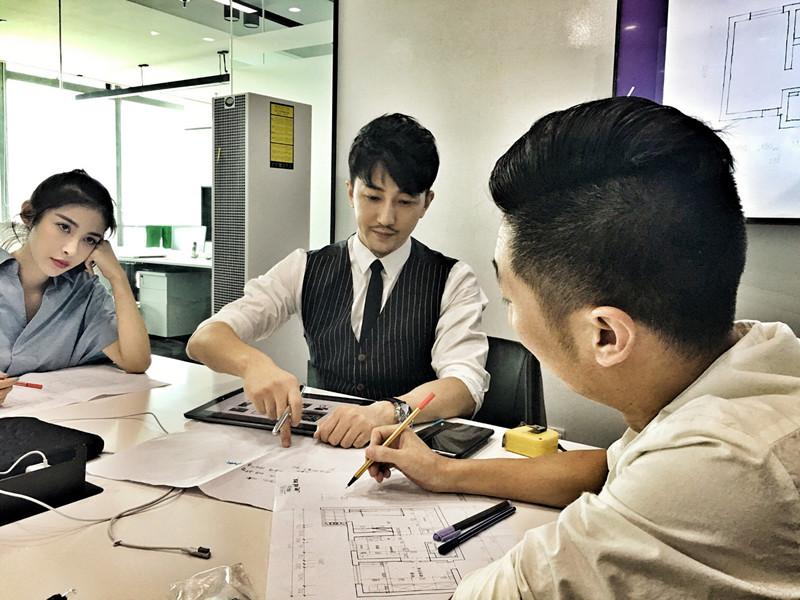 《百变吧星居》设计师邵沛走红 幕后工作照曝光