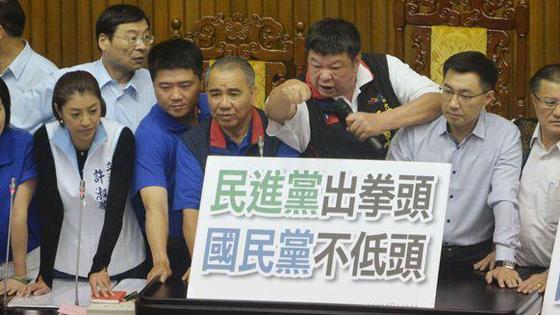 """再发酵 蓝绿""""立委""""在""""立法院""""对骂 爆发冲突"""