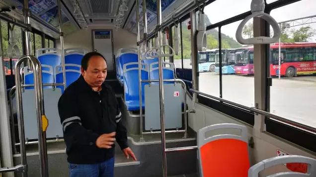 公交车遭劫持 司机这个举动救了全车乘客