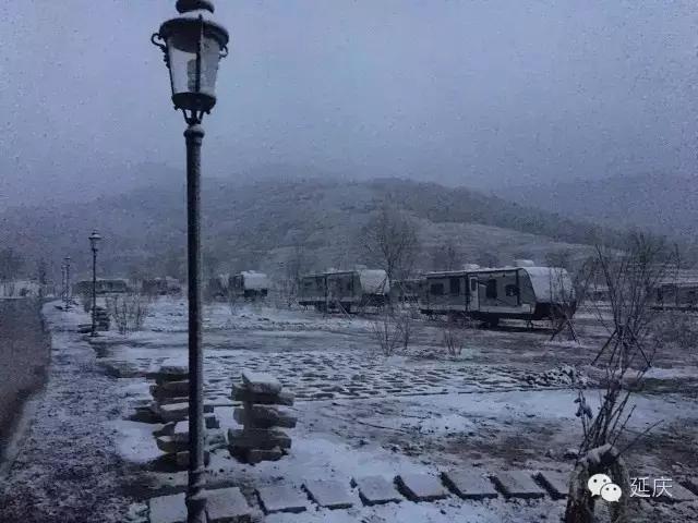 """北京延庆迎今年首场降雪 现""""海坨戴雪""""胜景"""