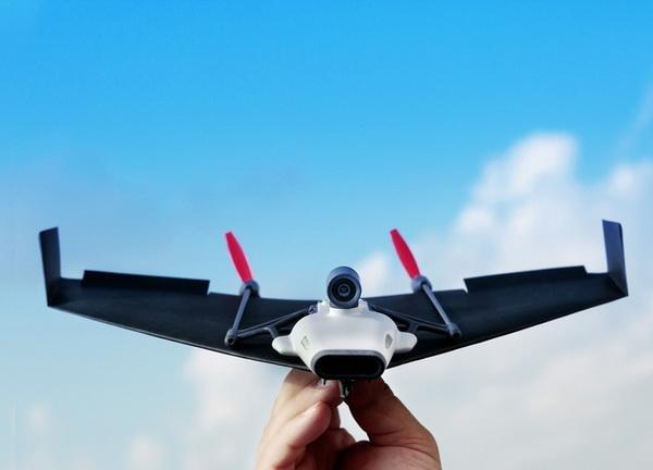 纸飞机带上它秒变无人机 还能用VR体验飞行