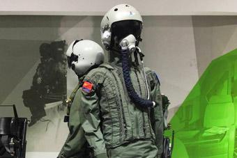 歼10飞行员全套防护装备曝光