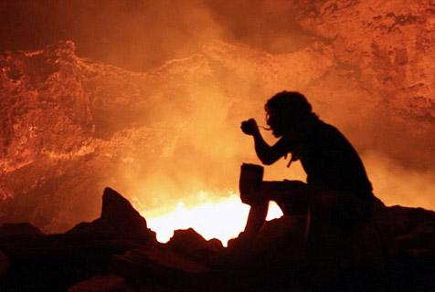 摄像师火山口宿营 与滚烫岩浆亲密接触