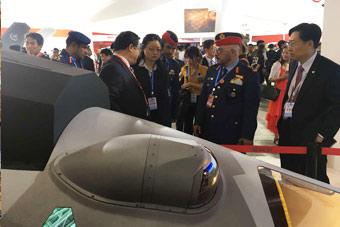 中东嘉宾被中国四代机座舱吸引