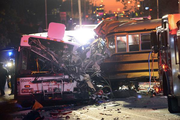 美国巴尔的摩一辆校车与巴士相撞 造成6人遇难