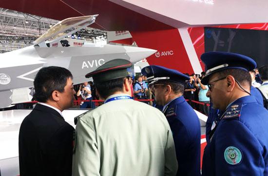 外军排着队参观中国歼31战机
