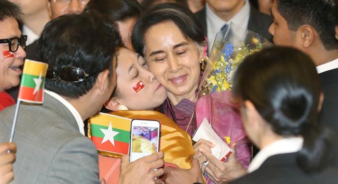 缅甸外长昂山素季出访日本 支持者热情献吻