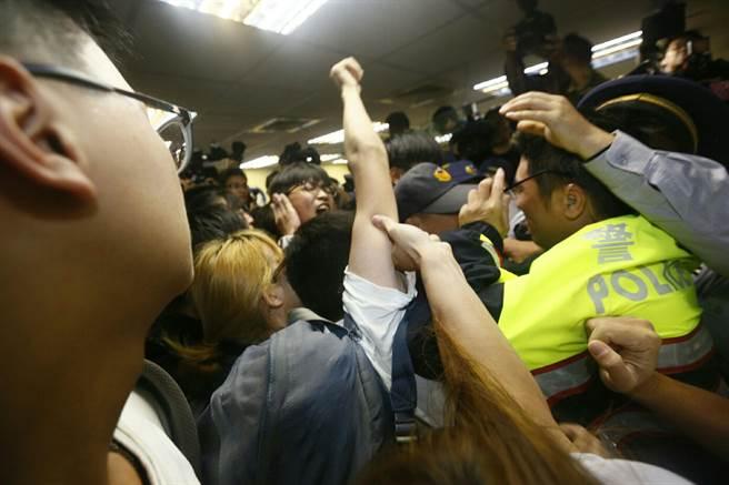 台学生团体占领民进党中央总部 与警察冲突