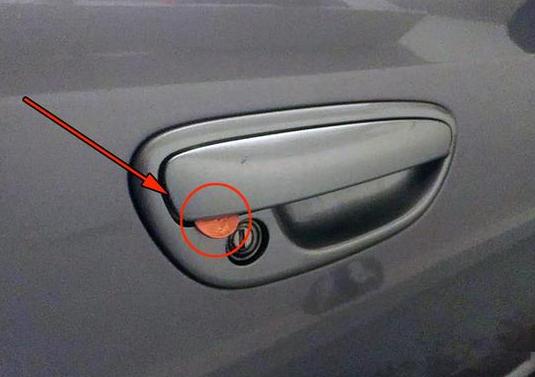 如果车门把手上有这个东西 抓紧时间报警!