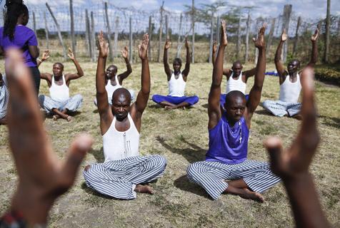 肯尼亚监狱囚犯集体练瑜伽促反思