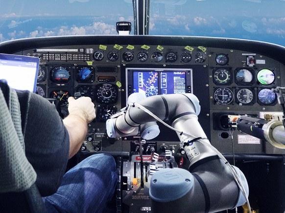 老款飞机如何能实现自动驾驶?安个机械臂就好了