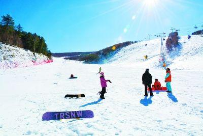 崇礼:今冬滑雪季正式开启 爱好者享受首滑乐趣