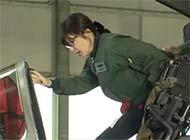 日女防务相登上英国台风战机