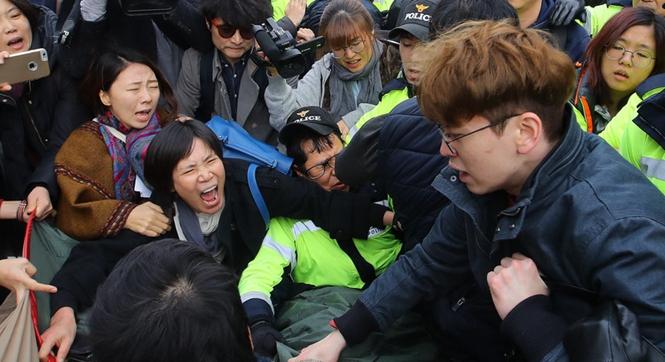 韩国民众搭帐篷示威要求朴槿惠辞职 与警察激烈冲突